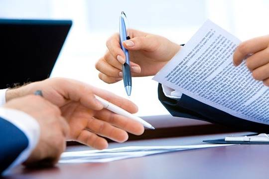 personas firmando acuerdo de fideicomiso